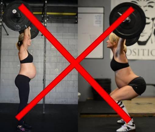 Una mujer que levanta pesas durante el embarazo!